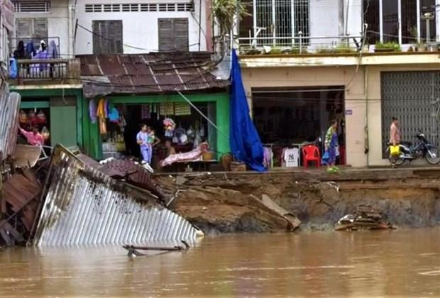 Nhà dân bị nhấn chìm xuống sông Rạch Vọp. (Ảnh: Trung Hiếu/TTXVN)