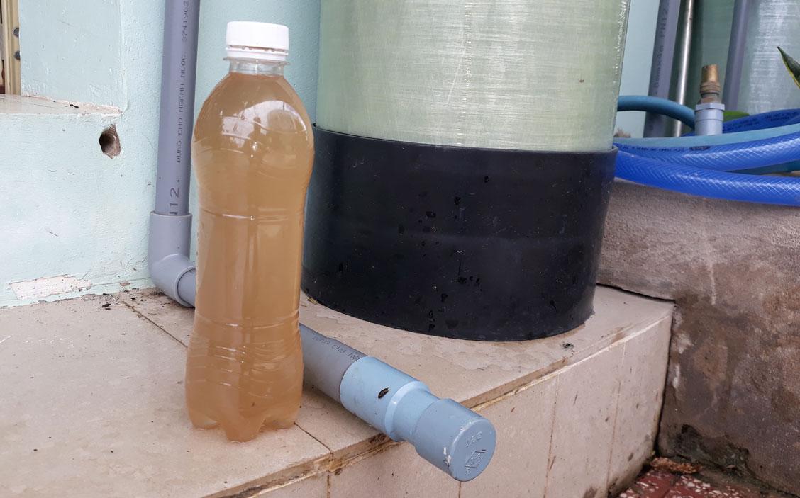 Nước sử dụng của người dân trong Khu dân cư tái định cư Lợi Bình Nhơn thường xuyên ngả màu vàng đục