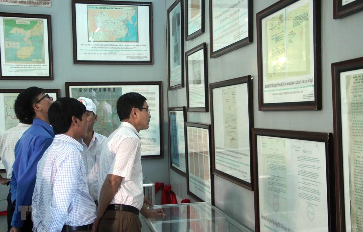 Hình ảnh một buổi Triển lãm tư liệu 'Hoàng Sa, Trường Sa của Việt Nam - Những bằng chứng lịch sử và pháp lý.' (Ảnh: Trịnh Bang Nhiệm/TTXVN)