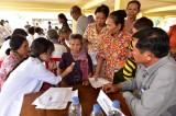 Tân Hưng khám bệnh và tặng quà cho người nghèo Campuchia