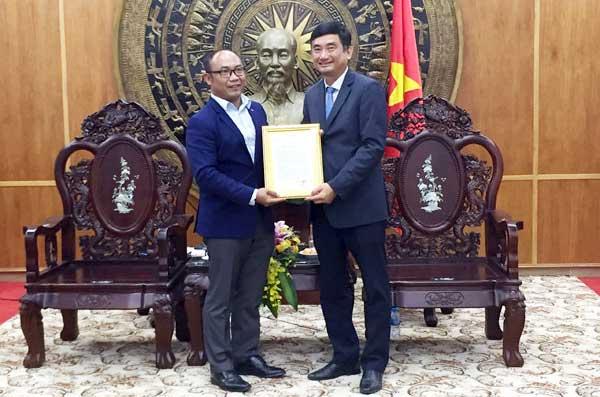Phó Chủ tịch Hội Liên đoàn thanh niên tỉnh Svay Riêng – Toch Polyva (bên trái) trao thư cảm ơn đến lãnh đạo tỉnh Long An