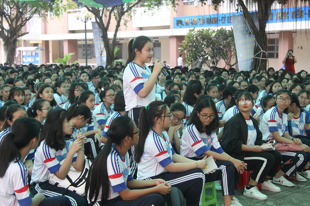 Students ask questions about the Islands of Paracel and Spratly