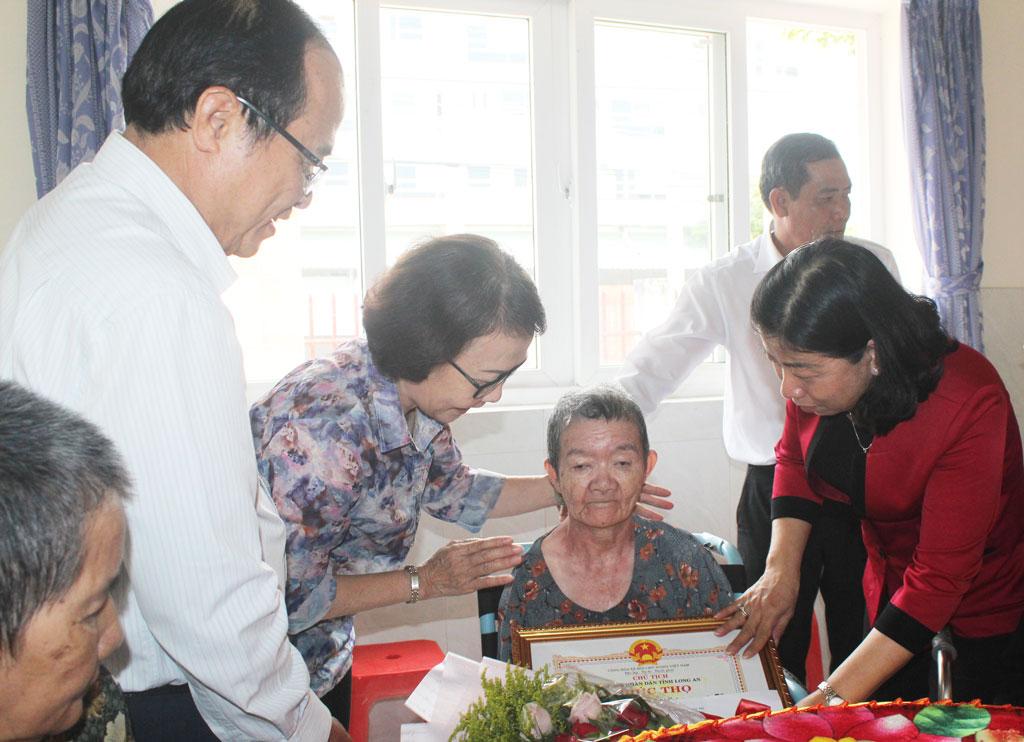 Chúc thọ, tặng quà người cao tuổi tại Khu nuôi dưỡng người cao tuổi huyện Cần Giuộc