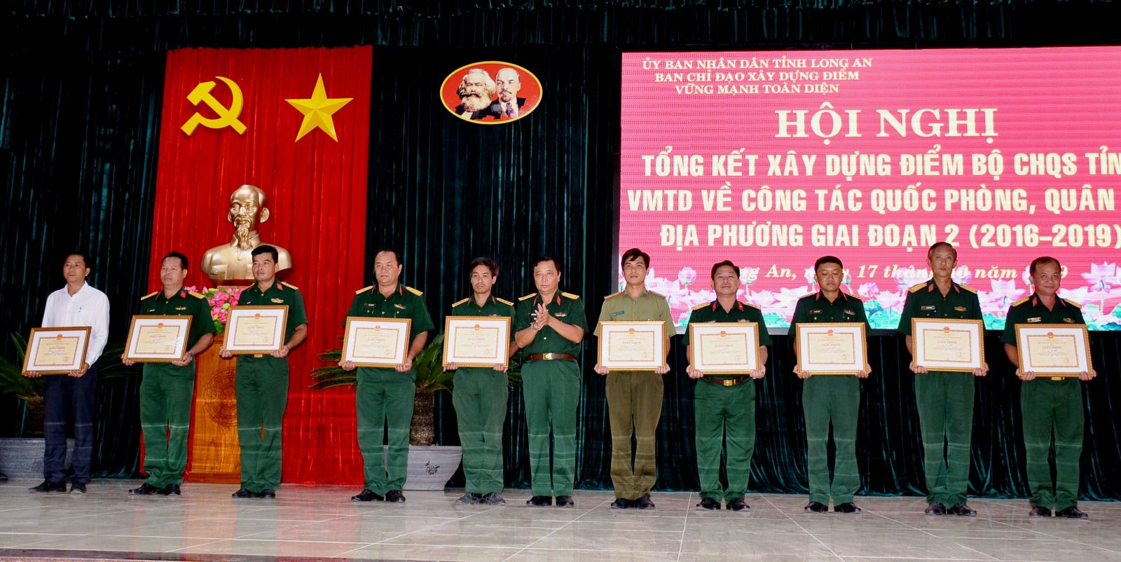 The Commander of the Provincial Military Command - Tran Van Trai presented certificates of merit to 60 collectives and individuals with outstanding achievements in building the typical model of the comprehensive strong Military Command for local defense and military work.
