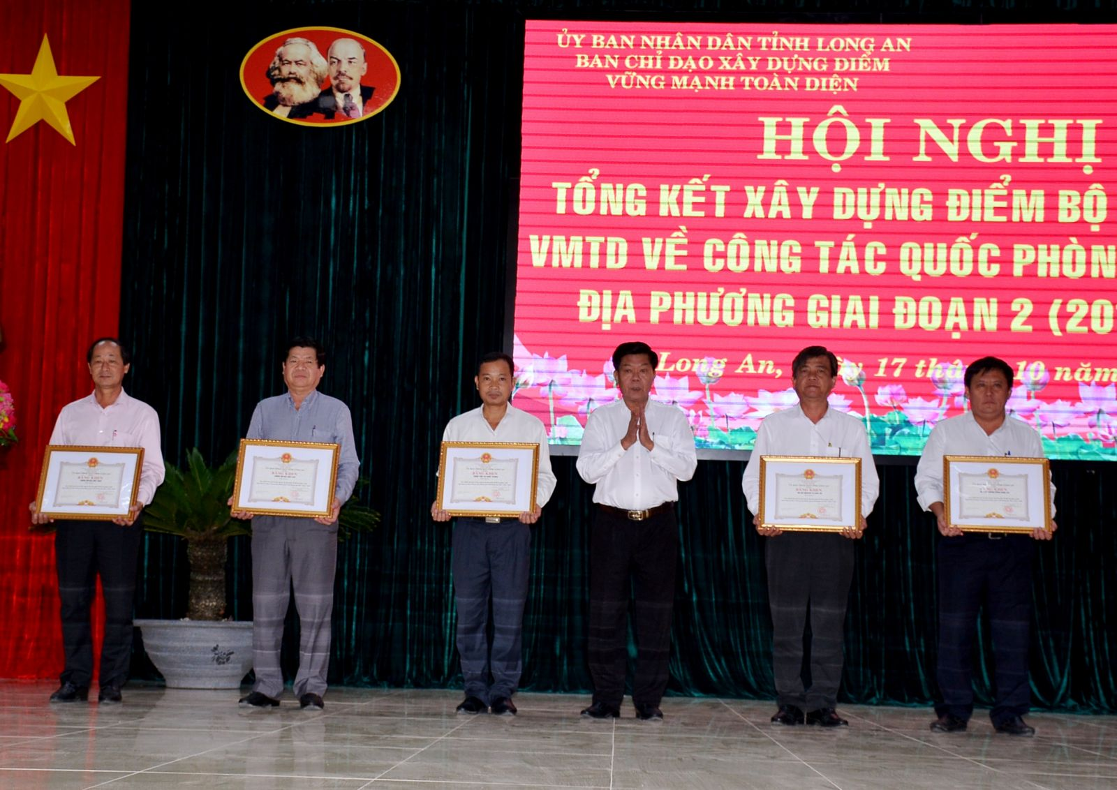 Chairman of the Provincial People's Committee - Tran Van Can awards certificates of merit to 15 collectives and individuals with outstanding achievements in building a typical model of comprehensive strong Military Command for local defense and military work.
