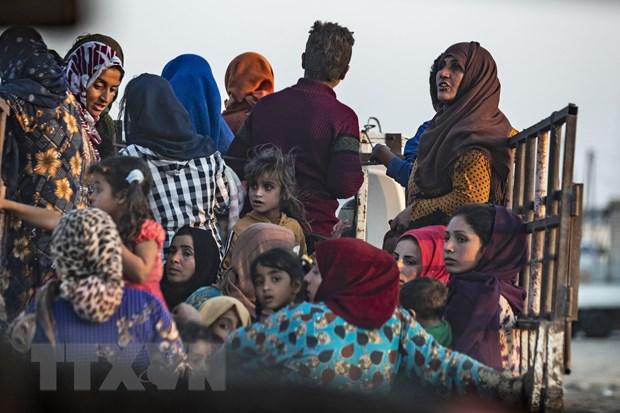 Người dân sơ tán tránh chiến sự ở thị trấn Ras al-Ain, tỉnh Hasakeh (Đông Bắc Syria). (Ảnh: AFP/TTXVN)