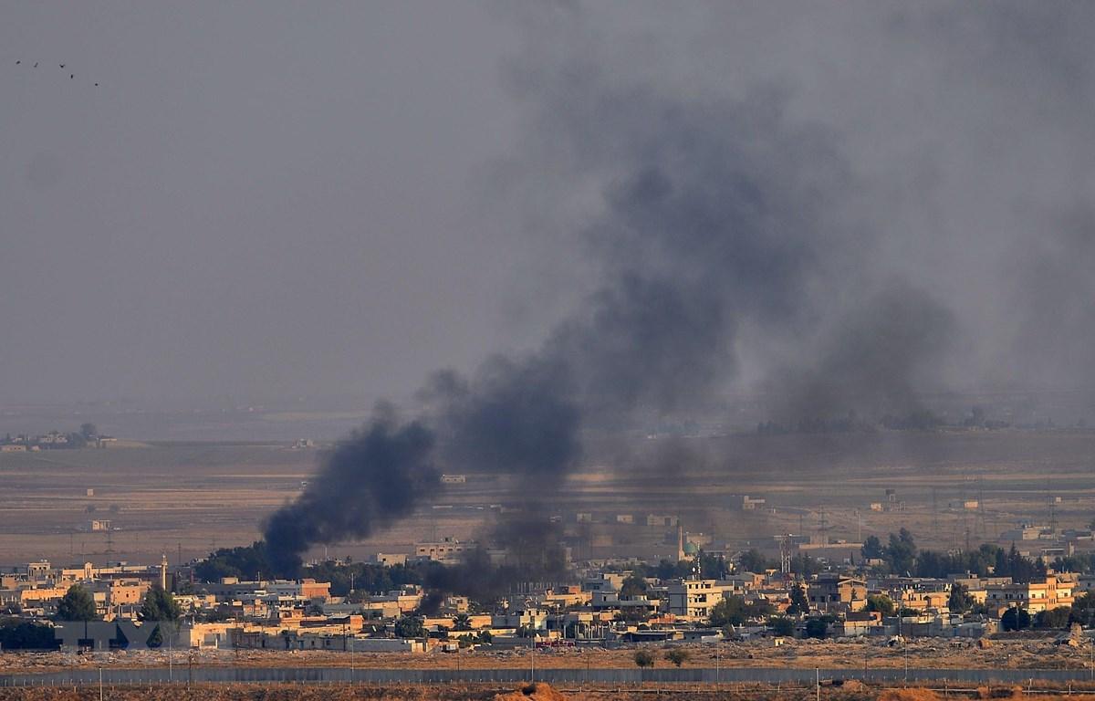 Khói bốc lên sau một cuộc tấn công của Thổ Nhĩ Kỳ tại thành phố Ras al-Ain, Syria, ngày 10/10. (Ảnh: THX/TTXVN)