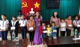 Trung ương Hội Liên hiệp Phụ nữ Việt Nam tặng học bổng cho học sinh nghèo tại Thủ Thừa