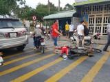 Va chạm với ô tô, nạn nhân nữ nằm bất tỉnh