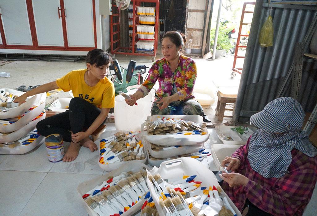 Vừa làm, chị Trần Thị Hồng Nhung vừa hướng dẫn cho lao động tại cơ sở