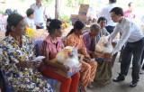 Kiến Tường: Tặng quà cho người nghèo Campuchia