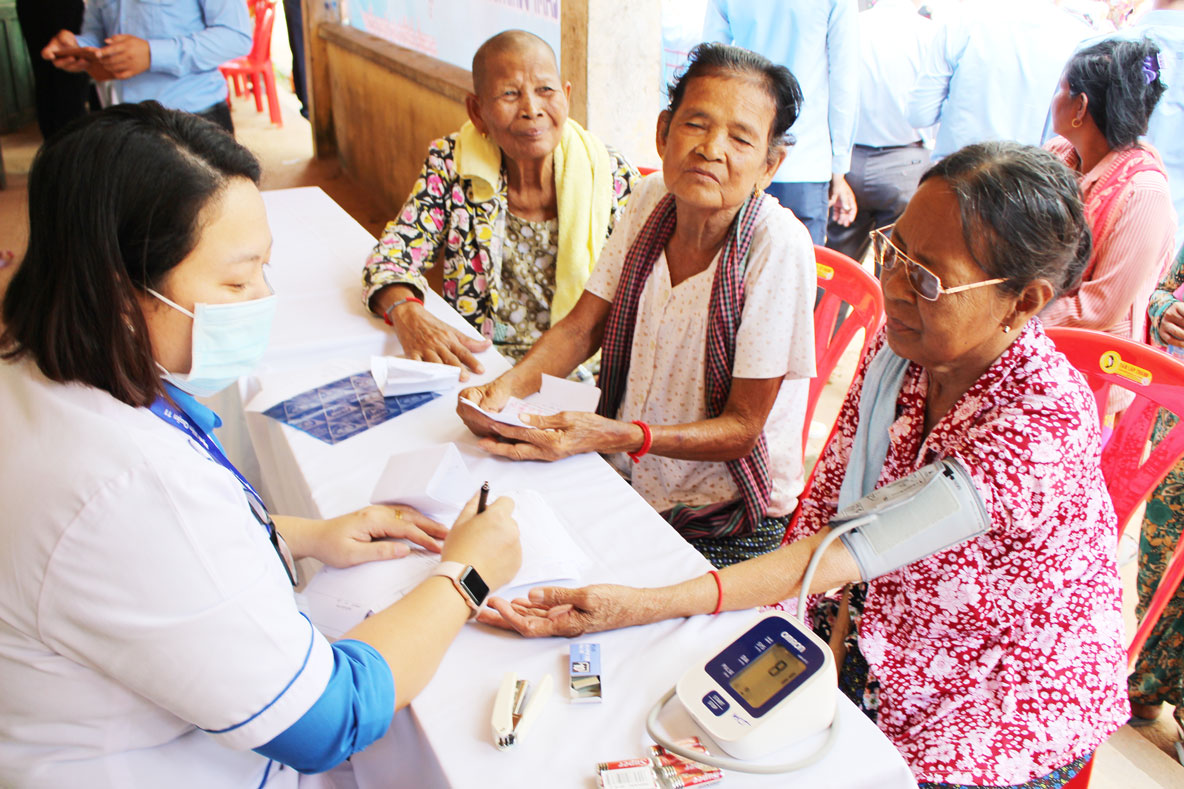 300 poor households receive free medical examination and medicine