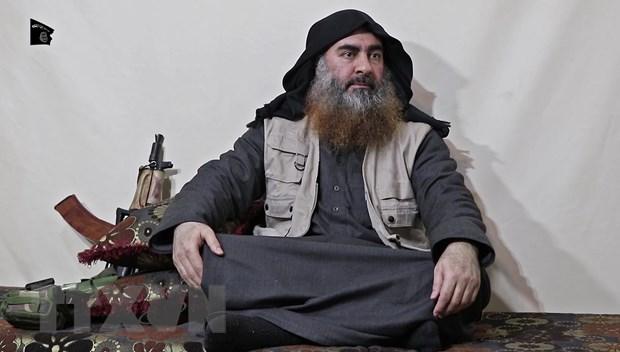 Hình ảnh trích từ video của kênh truyền thông Al-Furqan cho thấy thủ lĩnh tổ chức khủng bố IS Abu Bakr al-Baghdadi xuất hiện tại một địa điểm bí mật, lần đầu tiên sau 5 năm ẩn dật. (Ảnh: AFP/TTXVN)