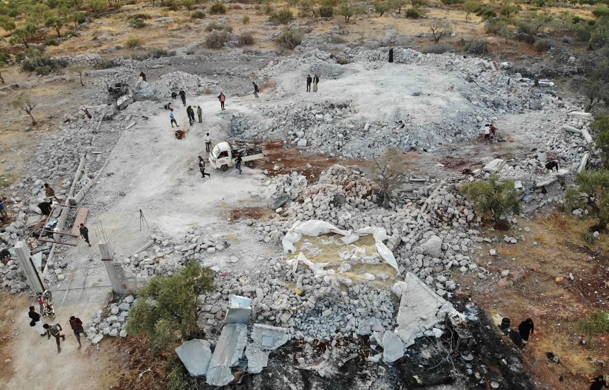 """Hiện trường khu vực bị oanh kích gần làng Barisha, tỉnh Idlib, miền Tây Bắc Syria, nơi """"một nhóm có liên hệ với IS đồn trú, ngày 27/10. (Ảnh: AFP/TTXVN)"""