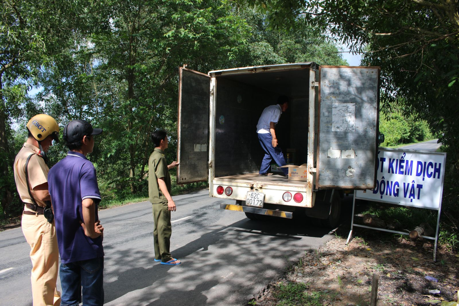 The district establishes a quarantine checkpoint to control means of transporting pigs and pig products in and out of the epidemic area