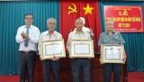 Thủ Thừa: Trao Huy hiệu 50 năm tuổi Đảng cho đảng viên