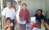 Hội Chữ thập đỏ tỉnh Long An trao tiền vượt qua hiểm nghèo tại Tân Hưng