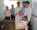 Trưởng ban Tổ chức Tỉnh ủy Long An trao huy hiệu 70 năm tuổi Đảng tại Đức Huệ