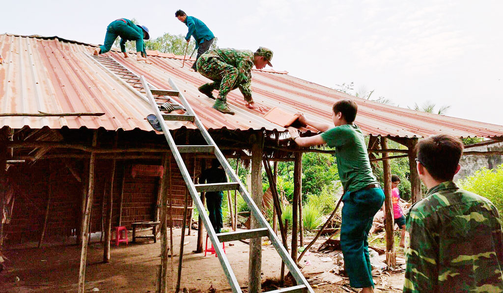 Đồn Biên phòng Sông Trăng phối hợp Ban chỉ huy Quân sự xã Hưng Hà giúp gia đình chị Nguyễn Thị Kim Liên tháo dỡ căn nhà tạm