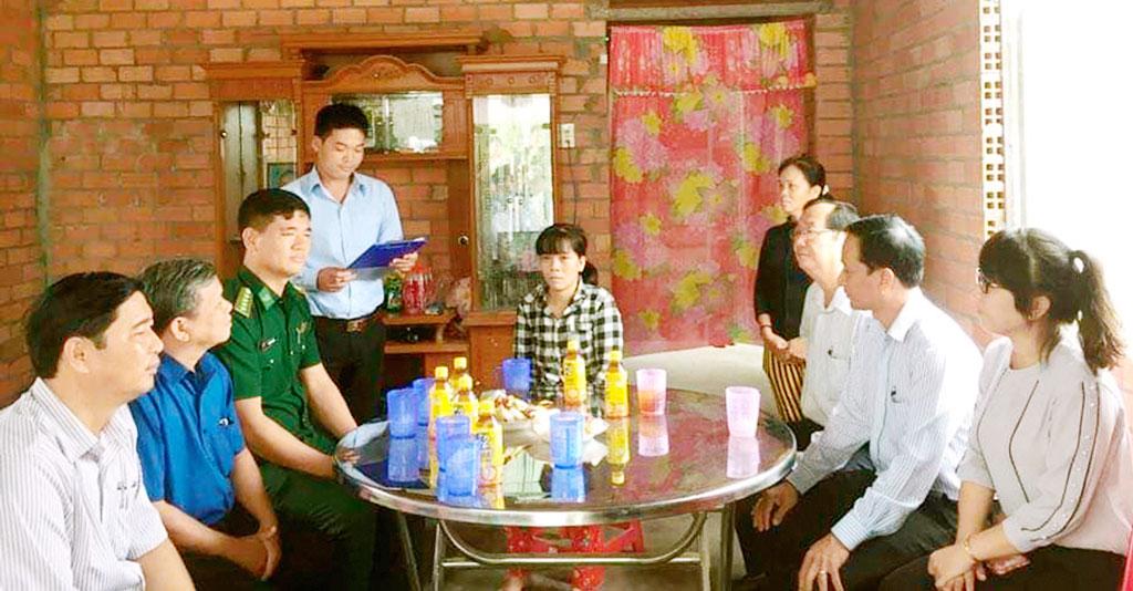 Trao tặng nhà Đại đoàn kết cho gia đình chị Phạm Thị Út
