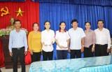 Lãnh đạo huyện Cần Đước tặng quà học sinh tham gia thi học sinh giỏi cấp Quốc gia