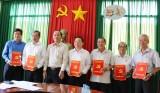 Đức Huệ: Trao các quyết định sắp xếp, kiện toàn lại Đảng bộ, chi bộ cơ sở