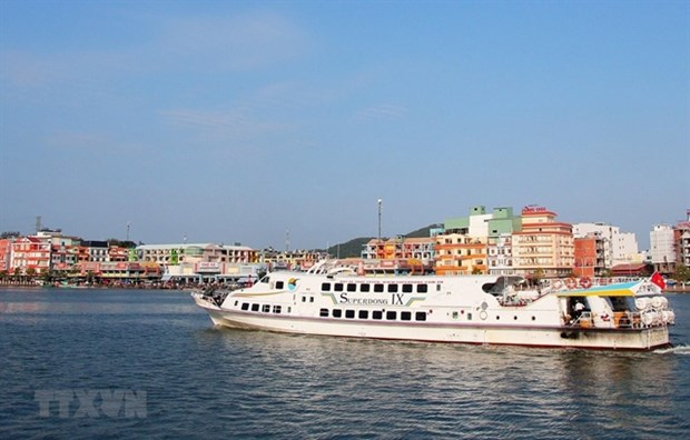 A ship carrying tourists from Ha Tien town to Hai Tac archipelago in Kien Giang province. (Photo: VNA)