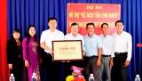 Dự án hỗ trợ Kệ sách tấm lòng Huafu tặng sách cho các trường học