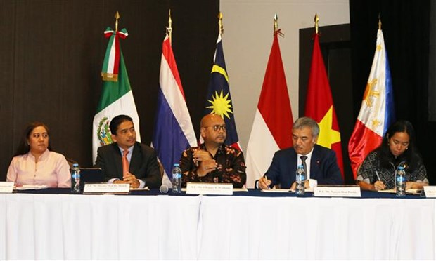 Representatives of the ASEAN Committee in Mexico attend the business forum (Photo: VNA)