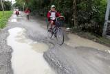 Cần Đước: Đường Ao Gòn xuống cấp, nguy hiểm cho người tham gia giao thông