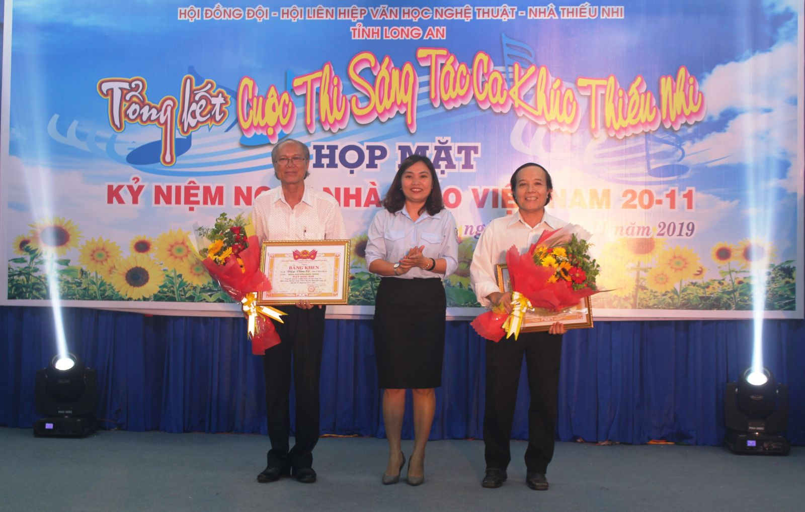 Deputy Secretary of the Provincial Youth Union and Chairwoman of Long An Provincial Council for Ho Chi Minh Children's Organization - Le Thi Cam Tu presents prizes to 2 second-prize winners.