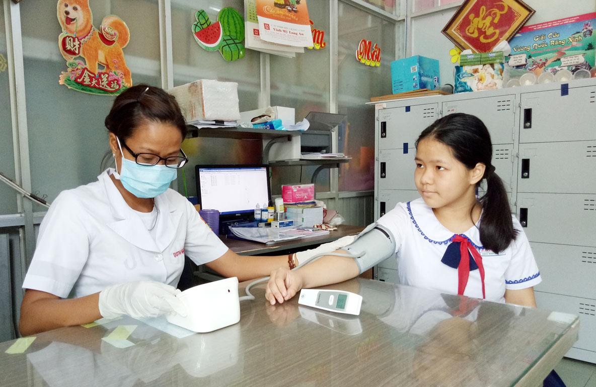 Tham gia bảo hiểm y tế, học sinh được hưởng các quyền lợi thông qua việc chăm sóc sức khỏe ban đầu tại trường