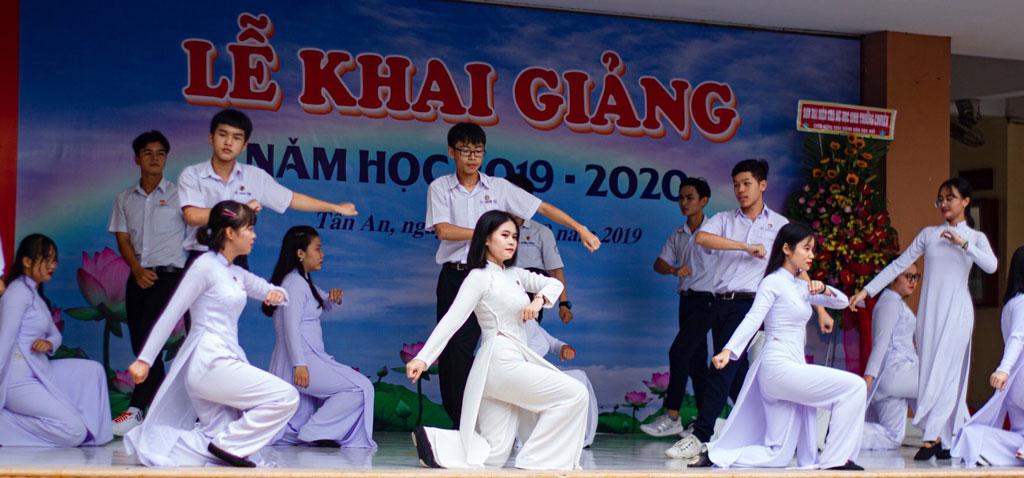 Các thành viên Câu lạc bộ Văn nghệ xung kích tham gia biểu diễn văn nghệ tại trường
