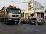 Xe tải tông xe 4 chỗ, tài xế may mắn thoát chết