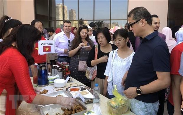 Khách tham quan và thưởng thức ẩm thực Việt Nam tại Hội chợ Từ thiện Quốc tế Bazaar 2019. (Ảnh: Việt Khoa/TTXVN)