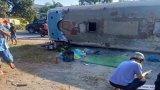 Xe công nhân bị lật, 9 người thương vong