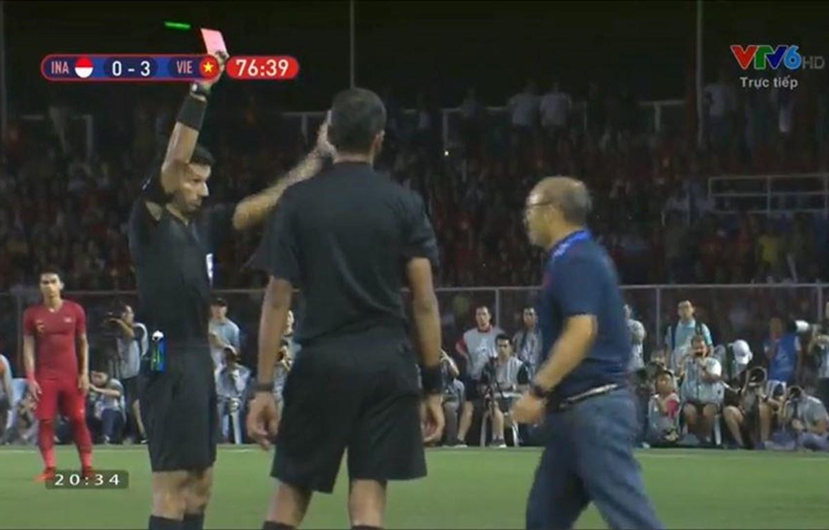 Huấn luyện viên Park Hang-seo nhận thẻ đỏ vì lỗi phản ứng. (Ảnh: Chụp màn hình)