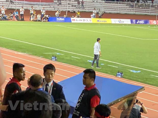 Huấn luyện viên người Hàn Quốc bị mời vào phòng chờ và không được tiếp tục ở trên khán đài. (Ảnh: Vietnam+)