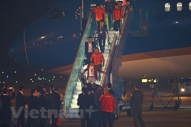 Những hình ảnh đầu tiên khi 2 đội tuyển nữ và U22 Việt Nam xuống sân bay. (Ảnh: Minh Sơn/Vietnam+)