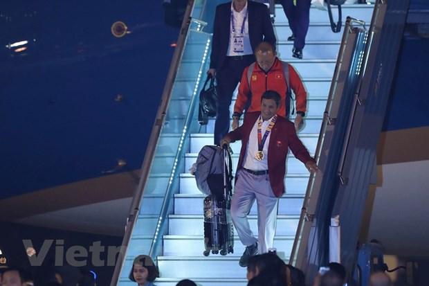 Đúng 19 giờ, máy bay chở 2 đội tuyển bóng đá nữ và U22 Việt Nam đã hạ cánh xuống sân bay Nội Bài. (Ảnh: Minh Sơn/Vietnam+)