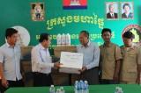 Long An bàn giao thuốc sát trùng, vắc xin hỗ trợ chống dịch lở mồm long móng cho tỉnh Svay Rieng