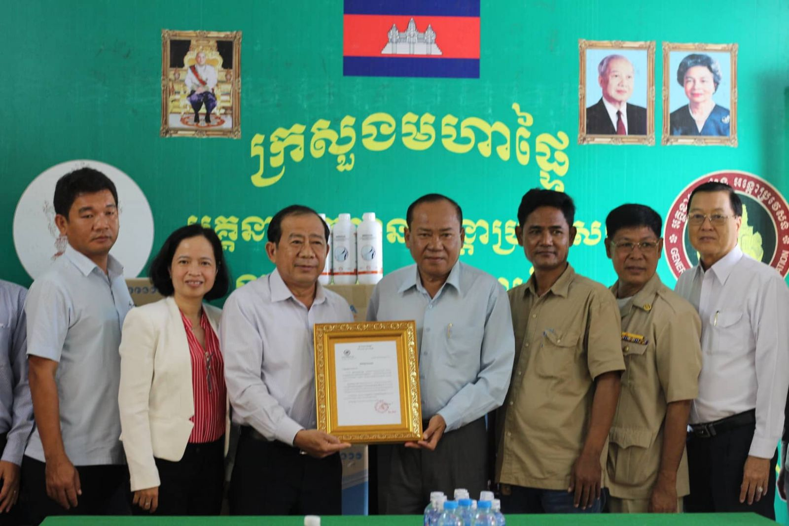 Director of Svay Rieng Department of Agriculture - Forestry - Fisheries - Thach Ratana sends a letter of thanks from the Governor of Svay Rieng to Long An province's leader