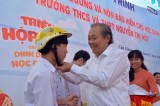 Phó Thủ tướng Thường trực Chính phủ - Trương Hòa Bình tặng sữa học đường và nón bảo hiểm cho học sinh