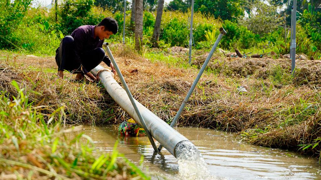 Bơm nước kênh vào ruộng dự trữ qua mùa hạn, mặn