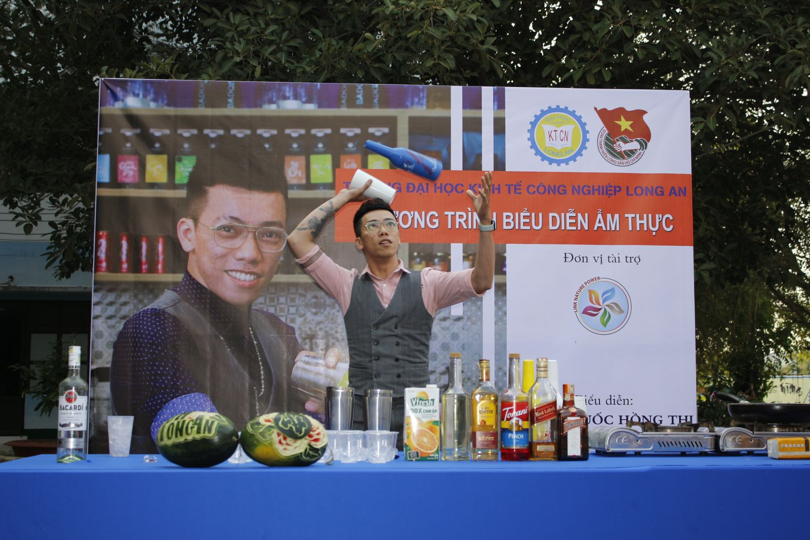 Master Le Quang Hong Thi performs the culinary program at the festival