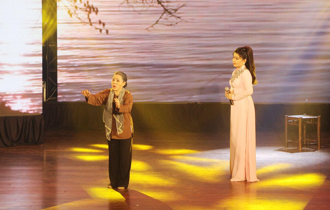 """Hình ảnh người mẹ sông Vàm gửi trong """"Bến đợi"""" của soạn giả Huỳnh Thanh Tuấn dễ khiến người mộ điệu bùi ngùi"""