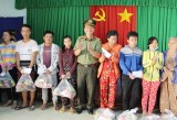 Công an tỉnh Long An tặng quà tết cho người dân nghèo Đức Huệ