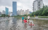 Vỡ đê tại Indonesia, nước lũ dâng cao 4m khiến nhiều người thiệt mạng