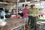 Kiểm tra việc buôn bán động vật hoang dã tại chợ nông sản Thạnh Hóa