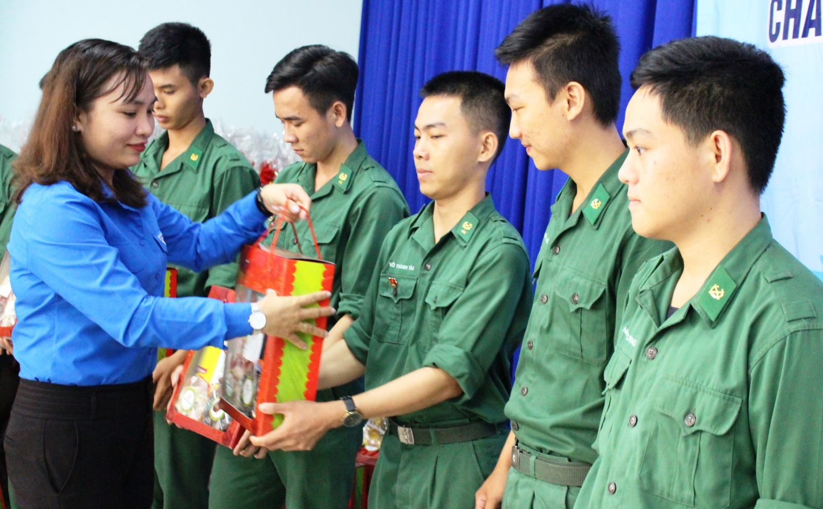 Deputy Secretary of Long An Youth Union - Le Thi Cam Tu presents gifts to disadvantaged soldiers